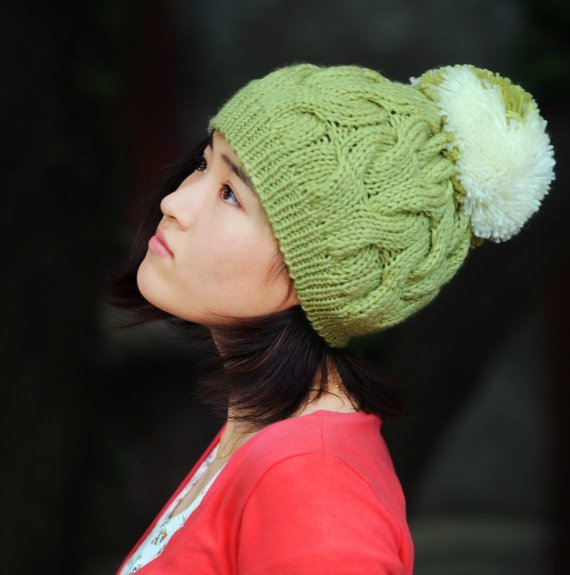 Вязание шапки с помпонами спицами