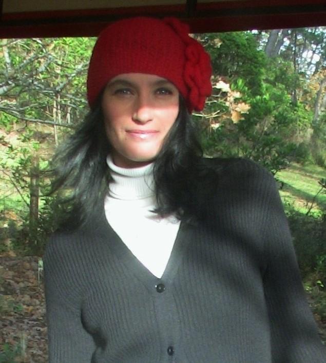 Красная вязаная шапочка с цветами