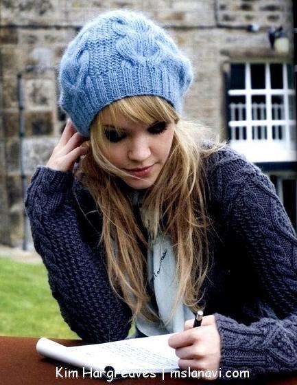 модная вязаная шапочка.