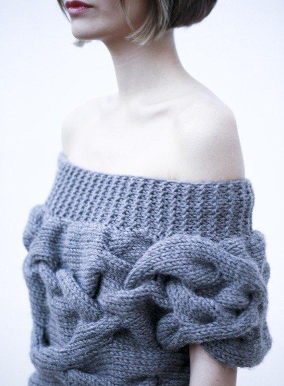 Вязаный пуловер с широкими косами и схемой