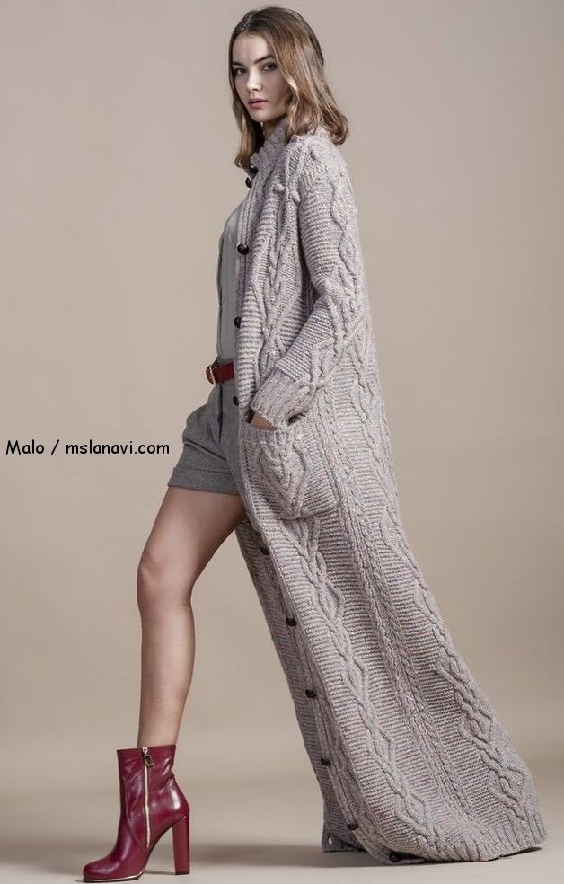 Серое длинное пальто с аранами
