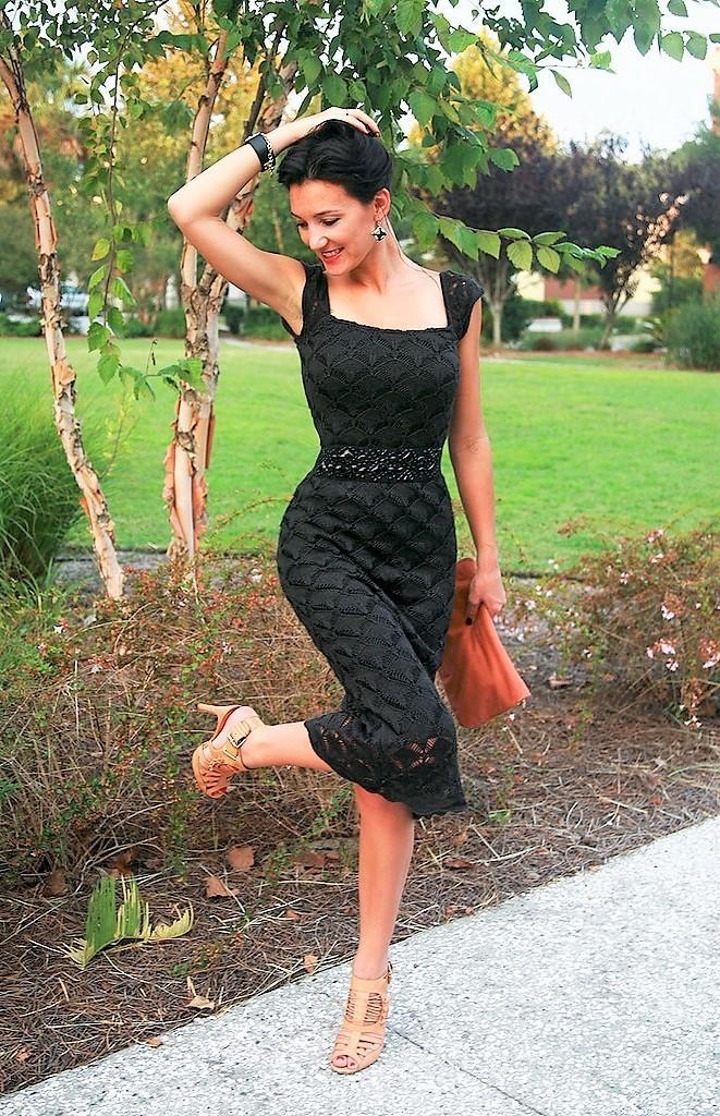 Стильное черное платье спицами