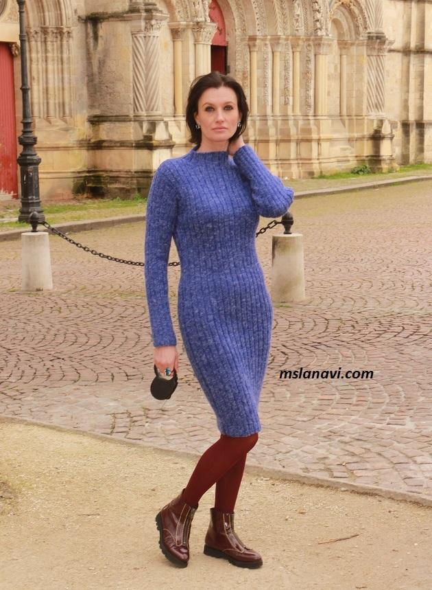 Вязаное приталенное платье спицами