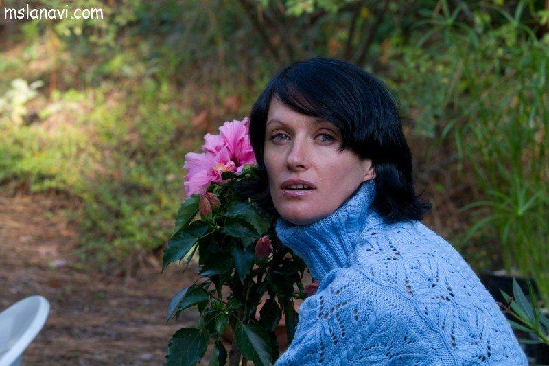 Синий вязаный пуловер спицами