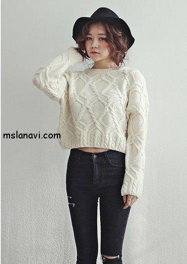 Укороченный вязаный свитер с аранами