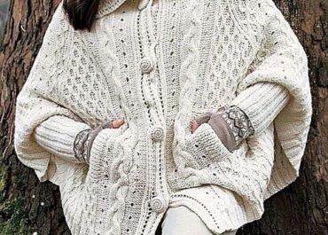 Белое пончо спицами на пуговицах